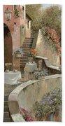 Un Caffe Al Fresco Sulla Salita Bath Towel