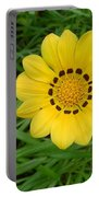 Australia - Daisy With Yellow Petals Portable Battery Charger