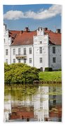 Wanas Slott With Reflection Beach Towel
