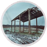 Old Barn In The Snow Round Beach Towel