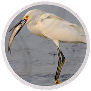 Egret With Fish Round Beach Towel