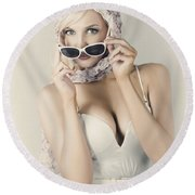 Retro Pin-up Girl In Classic Fashion Style Round Beach Towel