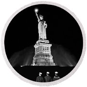 Statue Of Liberty On V-e Day Round Beach Towel