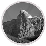 1m3621-bw-v-outlier Of Mt. Murchison Round Beach Towel
