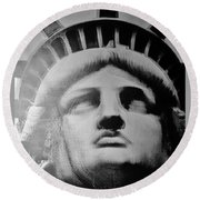 Lady Liberty In Black And White Round Beach Towel