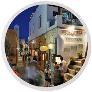Oia Town During Dusk Time Round Beach Towel