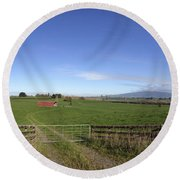 Old Barn Round Beach Towel by Les Cunliffe