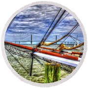 Pointing South Round Beach Towel