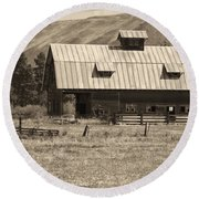 A Barn Near Ellensburg Wa Bw Round Beach Towel