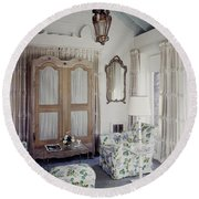 A Guest Room At Hickory Hill Round Beach Towel
