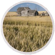 Abandoned Farmhouse In Wheat Field Round Beach Towel