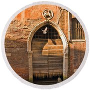 Archway With Bird In Venice Round Beach Towel