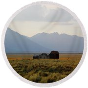 Barn And Mountains Round Beach Towel