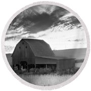 Barn On Rt.41 Ross County Round Beach Towel