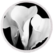 Beautiful Calla Lilies In Black And White Round Beach Towel
