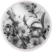 Black And White Asters Round Beach Towel