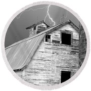 Black And White Old Barn Lightning Strikes Round Beach Towel
