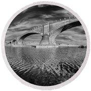 Bridge Curvature In Black And White Round Beach Towel