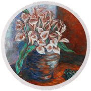 Calla Lilies And Frog Round Beach Towel