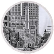 Chicago Water Tower Beacon Black And White Round Beach Towel