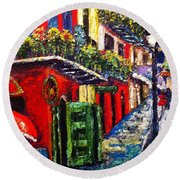 Couple In Pirate's Alley Round Beach Towel