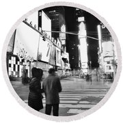 Couple In Times Square Round Beach Towel
