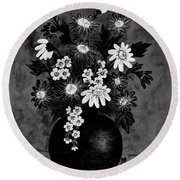 Daisies In Black And White Round Beach Towel