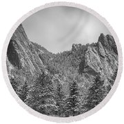 Dusted Flatiron In Black And White  Round Beach Towel