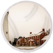 Fort Gratiot Lighthouse In Winter Round Beach Towel
