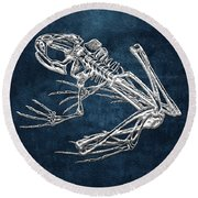Frog Skeleton In Silver On Blue  Round Beach Towel
