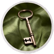 Golden Key On Green Silk  Round Beach Towel