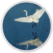 Great Egret Landing Round Beach Towel