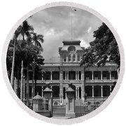 Hawaii's Iolani Palace In Bw Round Beach Towel