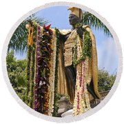 Kamehameha Covered In Leis Round Beach Towel
