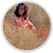 Lady In The Grass - Vert Round Beach Towel
