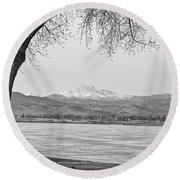 Longs Peak Winter View In Black And White Round Beach Towel