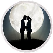 Lovers In Front Of A Full Moon Round Beach Towel