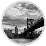 Manhattan Bridge In Bw Round Beach Towel