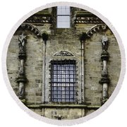 Oil Painting - Renaissance Styled Statues On Royal Palace In Stirling Castle Round Beach Towel