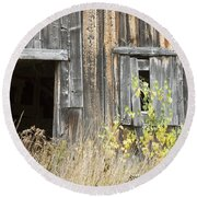 Old Barn In Fall Maine Round Beach Towel