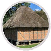 Old Thatched Barn Britain Round Beach Towel