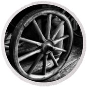 Old Wagon Wheel Black And White Round Beach Towel