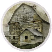 Old White Barn Round Beach Towel