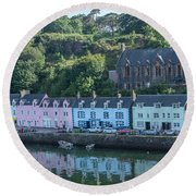 Pastel Rowhome In The Bay Highlands Scotland Round Beach Towel