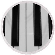 Piano Keys In Black And White Round Beach Towel