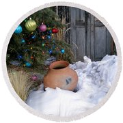 Pottery In Snow At Xmas Round Beach Towel