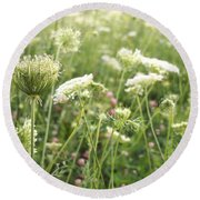 Queen And Clover Round Beach Towel
