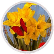 Red Butterfly On Daffodils Round Beach Towel