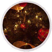 Red Ornament And Gold Ribbon Round Beach Towel