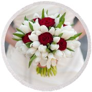 Red Rose And White Tulip Wedding Bouquet Round Beach Towel